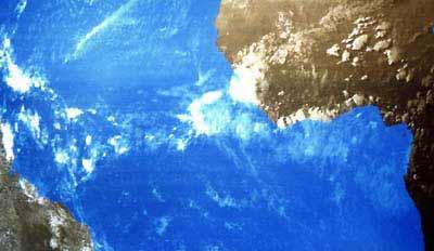 De ITCZ tussen Afrika en Zuid-Amerika, te zien als een zone met veel bewolking en buien rond de evenaar, 25 mei 1990, Meteosat(Visueel beeld).