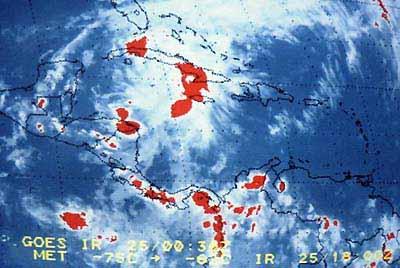 Eerste Tropische depressie van het jaar, boven Cuba, 25 mei 1990 18.30 uur UTC, foto van beeldscherm (IR-beeld).