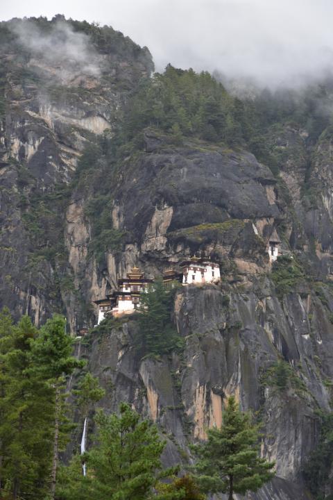 Taksang (Tijgersnest) in de nevel en cu